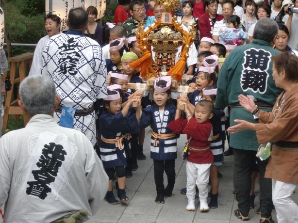 子供神輿の宮入り