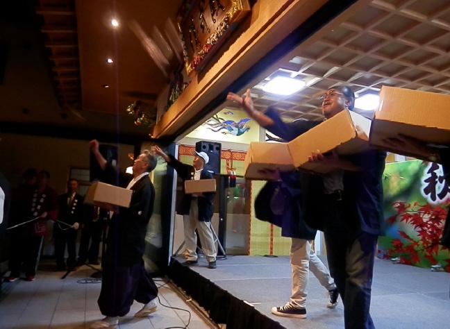 西野神社秋まつり 餅まき
