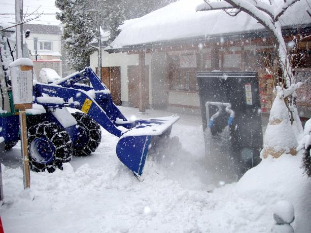 ホイールローダーで融雪機に雪を投入